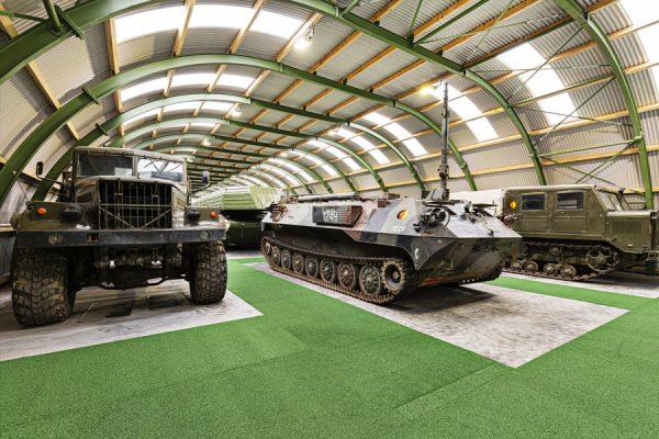 Ausstellungshalle mit Militärfahrzeugen vom NVA Museum Rügen in Prora