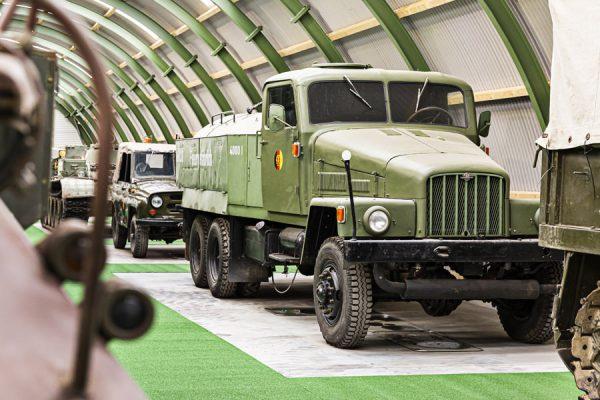 Militärfahrzeuge im NVA Museum Rügen in Prora