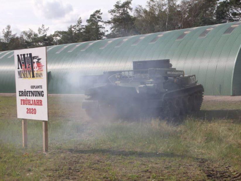 Panzer T-55 fährt zum NVA Museum Rügen in Prora