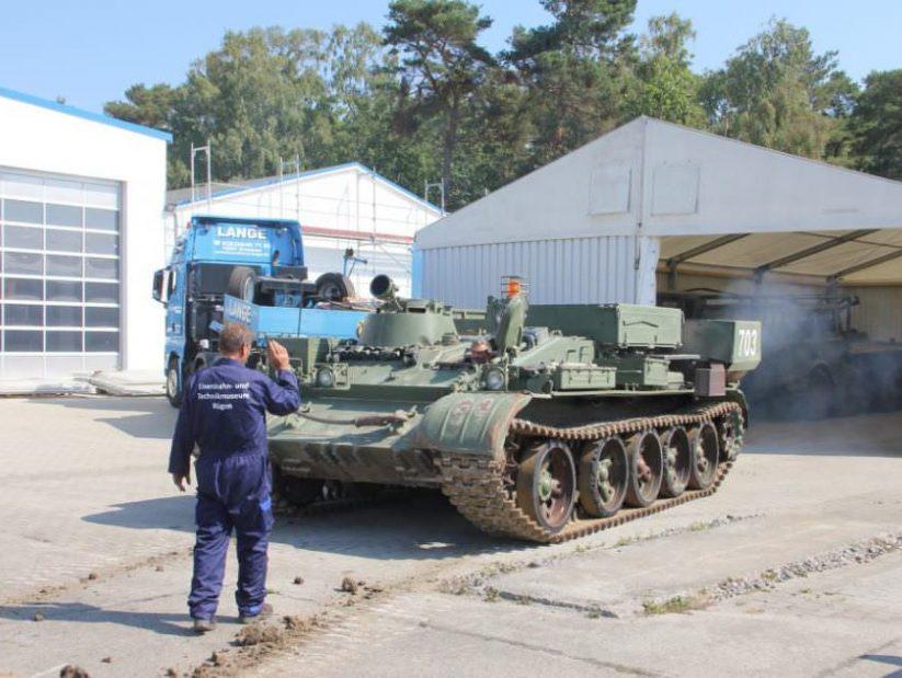 Anlieferung des Panzers T-55 fährt für das NVA Museum Rügen in Prora